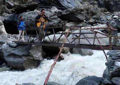 Trekker su un ponte oltre Deorali