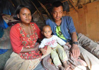 Kathmandu, famiglia di terremotati in una tenda