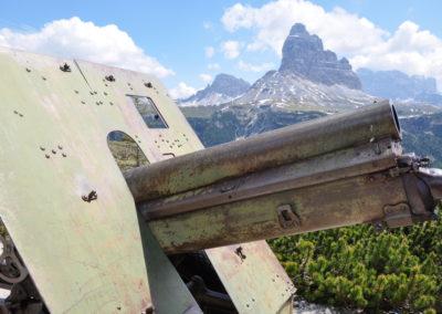 Dolomiti, cannone davanti alle Tre Cime