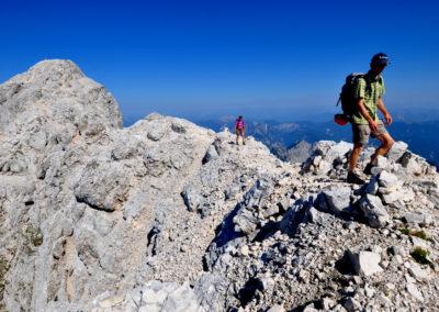 Alpi Giulie, escursionisti sullo Jof di Montasio (1)