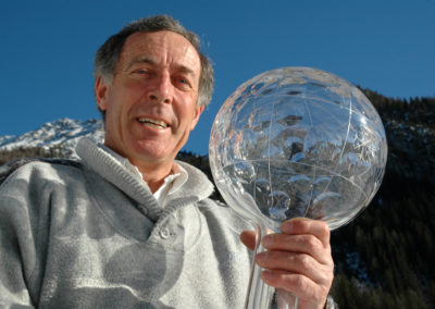 2006, Gustav Thoeni a Trafoi con una delle sue Coppe del Mondo